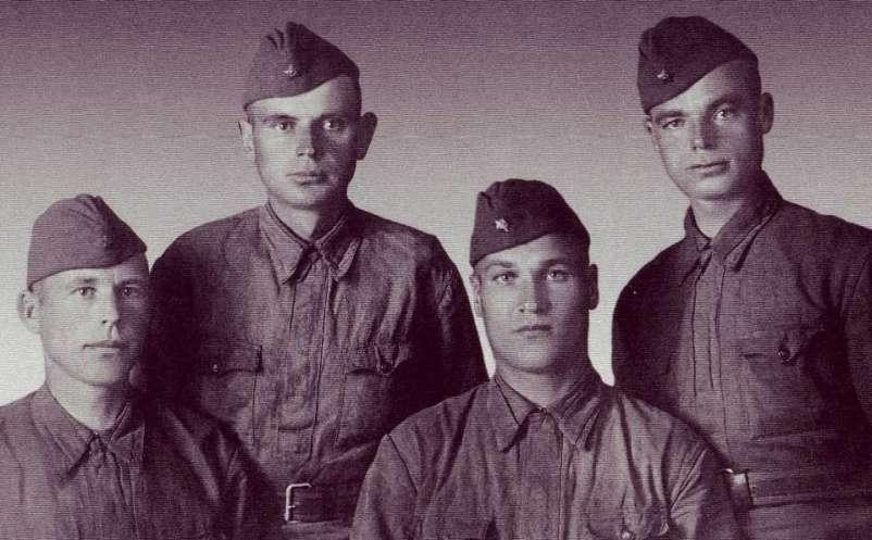 Ф.Е. Клапша (справа) с однополчанами
