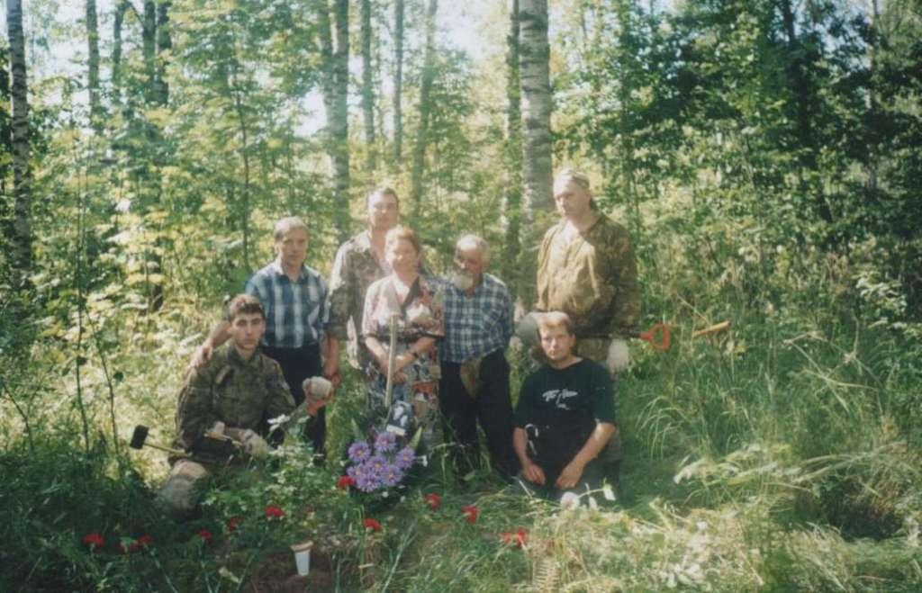 Сын М.В. Феоктистова Евгений на месте гибели отца. В районе ур. Груздево. Август 2004 года