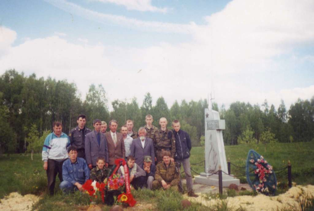Поисковики и родственники Ф.Е. Клапши на месте его захоронения. Урочище Долгинево 2001 г.