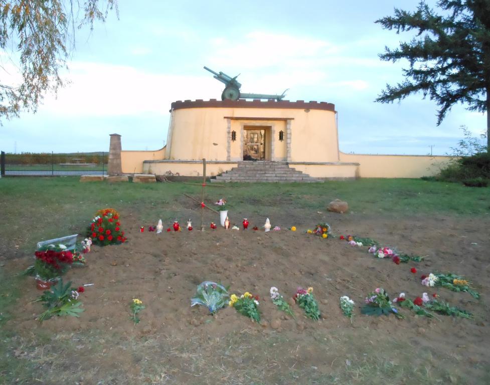 Свежая могила у мемориала в Цибинке и наш простенький крест с времянки на стадионе