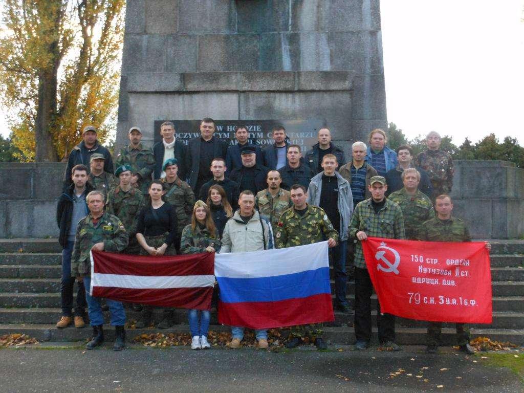 Участники экспедиции и гости у обелиска в Цибинке – фото на память перед отъездом