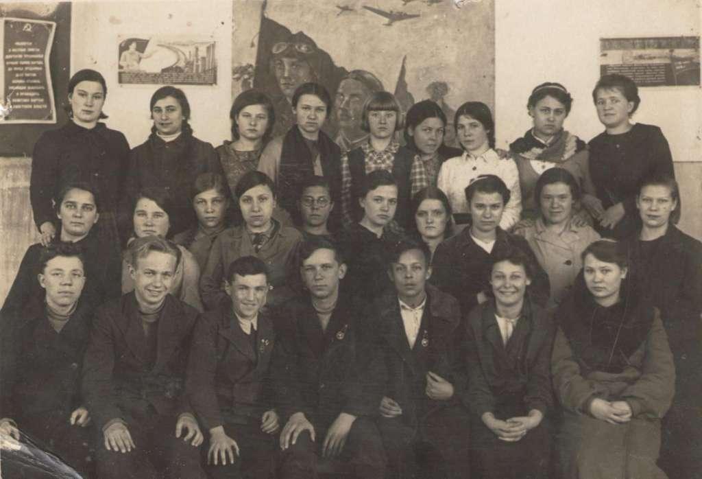 Фото с одноклассниками по средней школе №2 г. Химки. Михаил в центре первого ряда…