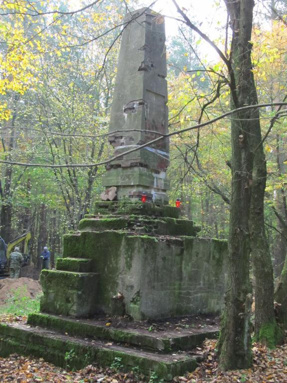 Монумент в лесу на бывшем стадионе как памятник человеческому забвению