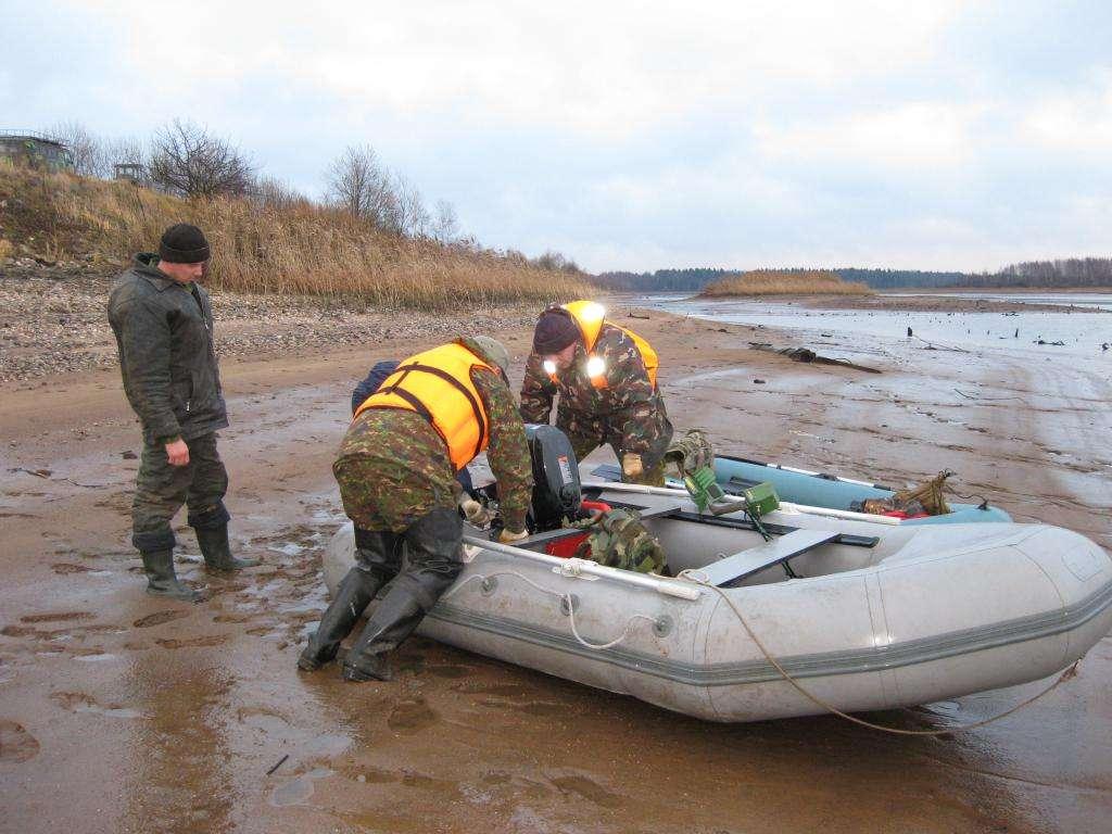 Путь в Прилепы от канала. По топкой грязи лодку еще надо дотащить до воды.