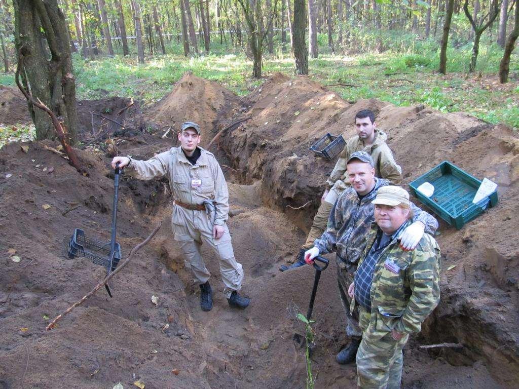 Отделение поискового отряда «Рейд» в месте обнаружения одиночных могил