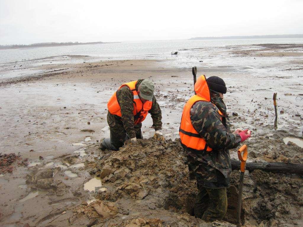 Борьба с водой, дождем и ветром. Дно воронки находилось на глубине 60 см