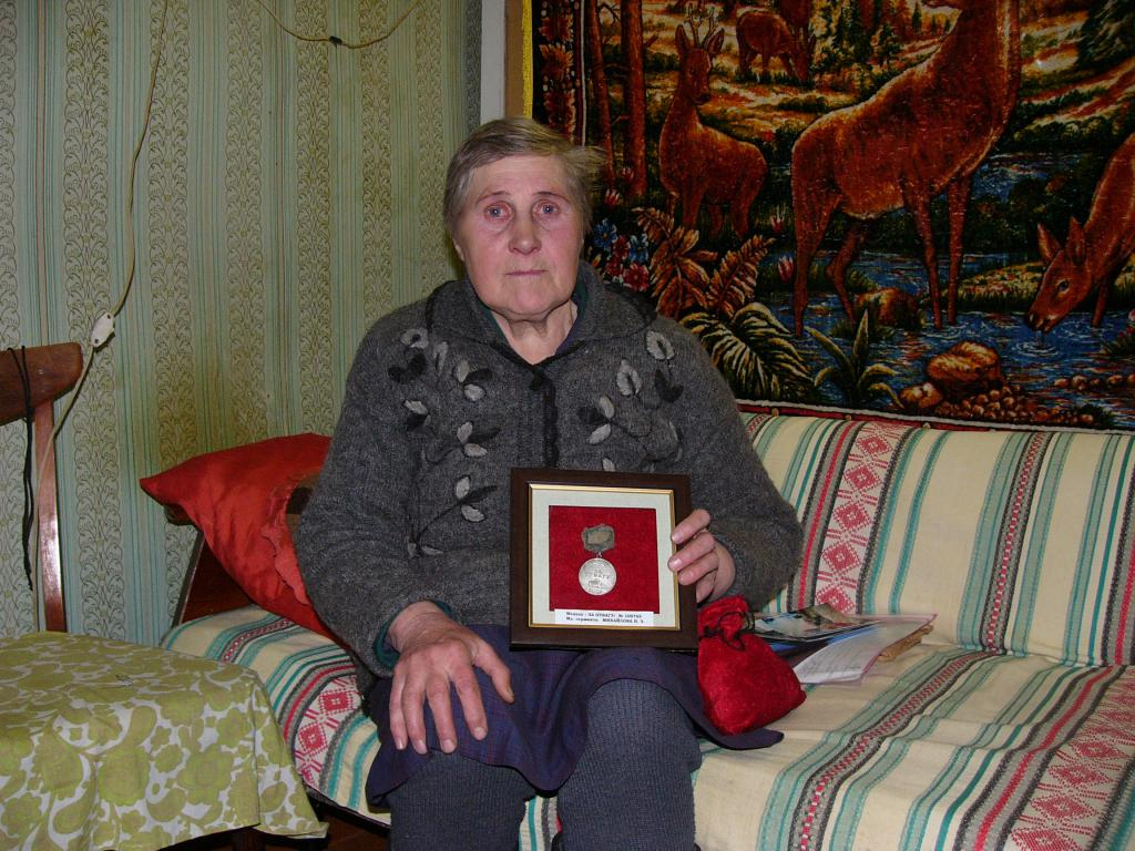 "Сестра сержанта Михайлова Тамара Захаровна с медалью ""За отвагу"""