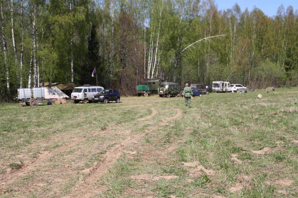 Лагерь поисковиков расположился на опушке леса