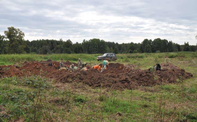 В работе на яме №3 активное участие принимали наши гости – поисковики из Малой Вишеры и Германии.