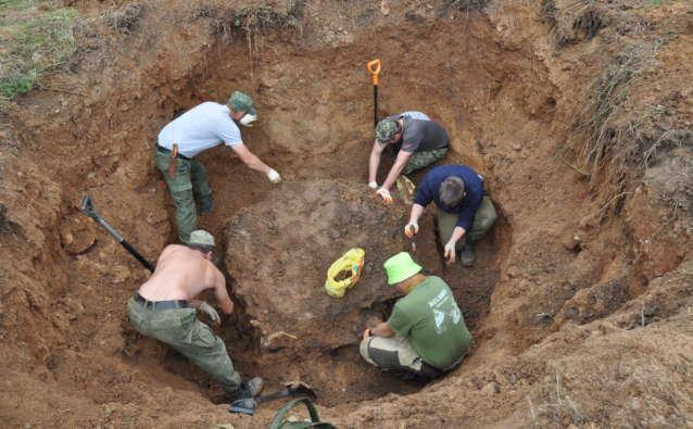 Яма №2 оказалась глубоким сельским погребом, где находились останки девяти человек.