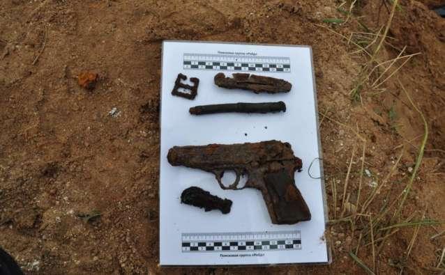 Личные вещи и пистолет «Вальтер», обнаруженные при останках погибшего майора.
