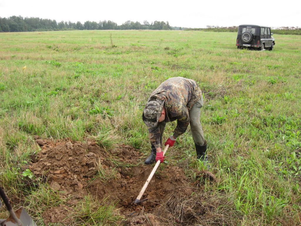 Поле не далеко от кладбища у деревни Акатово можно было копать только с применением кирки, да и то – не долго…